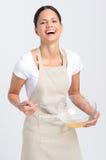 Uova sorridenti felici di battitura della donna Immagine Stock