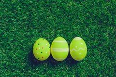 Uova su erba verde Fotografia Stock Libera da Diritti