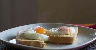 Uova su pane tostato Immagine Stock