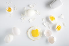 Uova su priorità bassa bianca Vista ambientale Immagine Stock