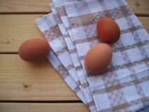 Uova su un asciugamano di cucina, alimento naturale della proteina fotografia stock libera da diritti