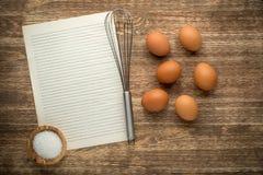 uova su un fondo di legno Immagine Stock