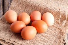 uova su un fondo di legno Fotografia Stock