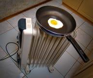 Uova su una vaschetta di frittura Immagini Stock Libere da Diritti
