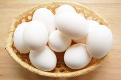 Uova sul cestino di legno Immagini Stock Libere da Diritti