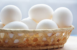 Uova sul cestino di legno immagine stock libera da diritti