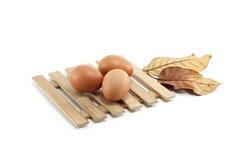 Uova sul piatto di legno Fotografia Stock Libera da Diritti