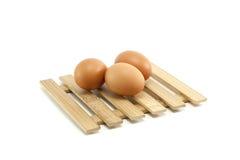 Uova sul piatto di legno Immagini Stock