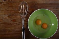 Uova sul piatto e sul battitore Fotografie Stock Libere da Diritti