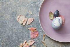 Uova sul piatto rosa Fotografia Stock
