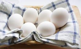 Uova sul tovagliolo bianco Fotografia Stock Libera da Diritti