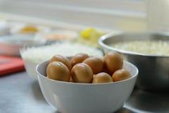 Uova sulla ciotola nella cucina Immagine Stock Libera da Diritti