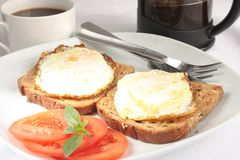 Uova sulla prima colazione del pane tostato Fotografie Stock Libere da Diritti