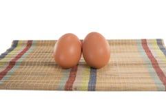 Uova sulla stuoia immagine stock
