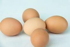 Uova sulla tavola di legno Fotografia Stock Libera da Diritti