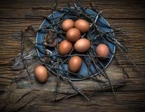 Uova sulla tavola di legno Fotografie Stock Libere da Diritti