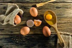 Uova sulla tavola, il vecchio legno Immagine Stock
