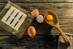 Uova sulla tavola, il vecchio legno Fotografia Stock Libera da Diritti
