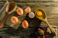 Uova sulla tavola, il vecchio legno Fotografie Stock Libere da Diritti