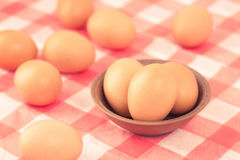 Uova sulla tavola nella cucina Immagini Stock Libere da Diritti
