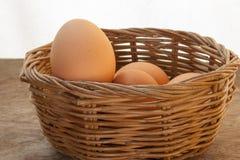 Uova in un canestro Immagini Stock Libere da Diritti