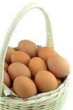 Uova in un canestro bianco Immagini Stock