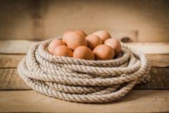 Uova in un canestro fatto dalla corda Immagine Stock