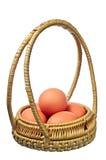 Uova in un cestino rotondo fotografie stock libere da diritti