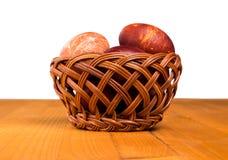 Uova in un cestino su una priorità bassa di legno Primo piano fotografie stock