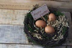 Uova in un nido su un supporto di legno stilizzato 3 Fotografia Stock Libera da Diritti