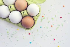 Uova in un vassoio ed in un fondo di legno, vista superiore Immagini Stock Libere da Diritti
