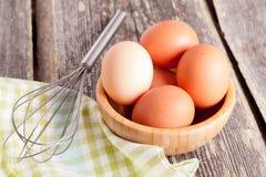 Uova in una ciotola di legno, fine su Fotografia Stock