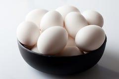 Uova in una ciotola su bianco dall'angolo alto Fotografie Stock