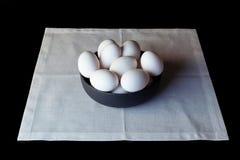 Uova in una ciotola sul tovagliolo bianco dall'angolo alto laterale Fotografia Stock