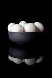 Uova in una ciotola sul verticale nero con la riflessione Immagine Stock Libera da Diritti
