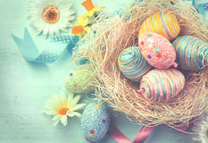 Uova variopinte di Pasqua con le decorazioni Immagini Stock