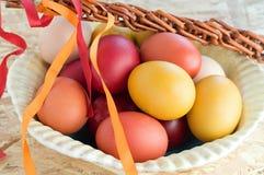 Uova variopinte di Pasqua e con Immagine Stock