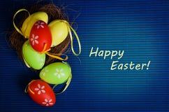Uova variopinte di Pasqua su fondo blu Fotografia Stock Libera da Diritti
