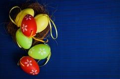 Uova variopinte di Pasqua su fondo blu Fotografie Stock Libere da Diritti