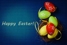 Uova variopinte di Pasqua su fondo blu Fotografia Stock