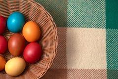 Uova variopinte di quaglia e del pollo sul plaid verde Pasqua felice Fotografie Stock Libere da Diritti