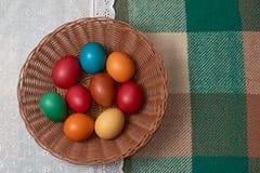 Uova variopinte Pasqua felice di quaglia e del pollo Fotografia Stock Libera da Diritti