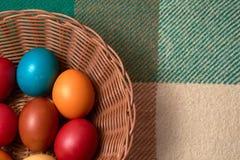 Uova variopinte Pasqua felice di quaglia e del pollo Immagini Stock Libere da Diritti