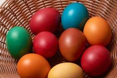 Uova variopinte Pasqua felice di quaglia e del pollo Fotografie Stock Libere da Diritti