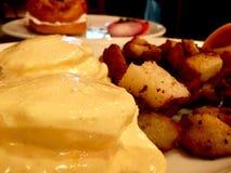 Uovo alla benedict e patate Fotografia Stock Libera da Diritti