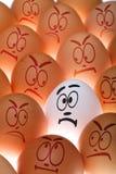 Uovo bianco fra colore marrone un Fotografia Stock