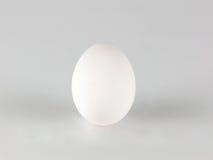 Uovo bianco su backround bianco Immagini Stock Libere da Diritti