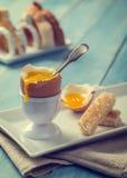 Uovo bollito con il cucchiaio Fotografia Stock