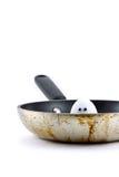 Uovo che dà una occhiata dalla vaschetta di frittura Immagini Stock