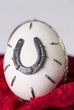 Uovo con i ferri di cavallo Immagini Stock Libere da Diritti